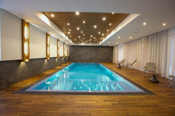 Светодиодная подсветка бассейнов и помещений с повышенной влажностью: стильное и безопасное решение