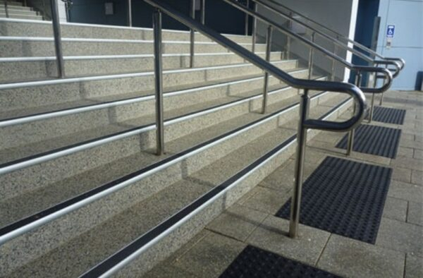 Антиковзні накладки на сходи – запорука безпеки пересування